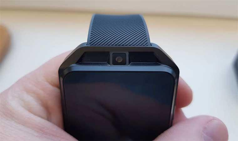 Как раз над дисплеем установлена 2-мегапиксельная камера